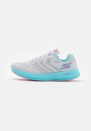 GO RUN RAZOR  - Competition running shoes - gray/ hot melt/aqua/hot pink