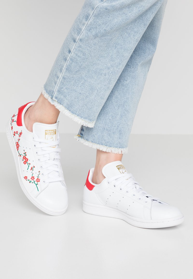 adidas Originals - STAN SMITH GRAPHIC FLORAL SHOES - Trainers - footwear white/scarlet/core black