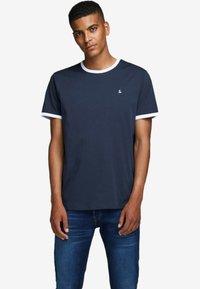Jack & Jones - KONTRASTDETAIL - Print T-shirt - navy blazer - 0