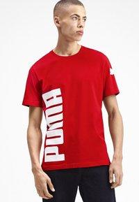 Puma - SHORT SLEEVE - T-shirt imprimé - high risk red - 0