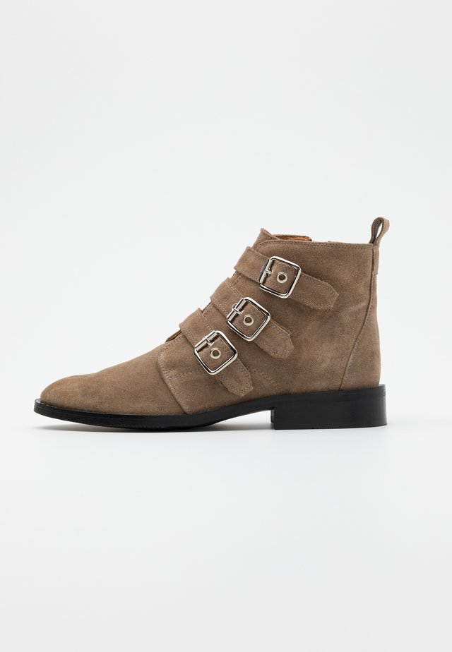 FINNA BUCKLE - Boots à talons - taupe