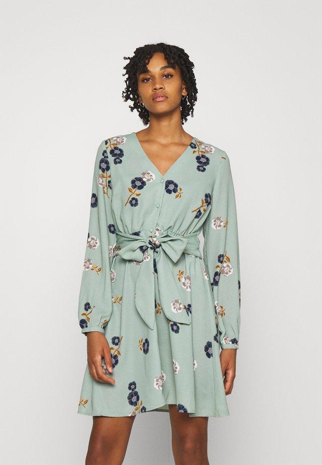 VMFALLIE TIE DRESS - Paitamekko - green milieu/newfallie