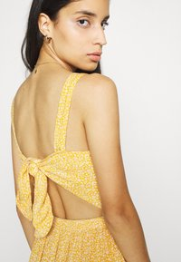 Hollister Co. - WEBEX BARE SMOCKED TIEBACK ROMPER - Overal - yellow - 4