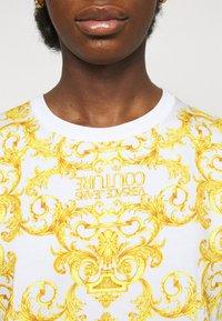 Versace Jeans Couture - LADY DRESS - Žerzejové šaty - optical white - 6