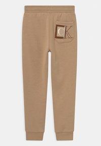 Calvin Klein Jeans - MONOGRAM BLOCK LOGO - Teplákové kalhoty - summer stone - 1
