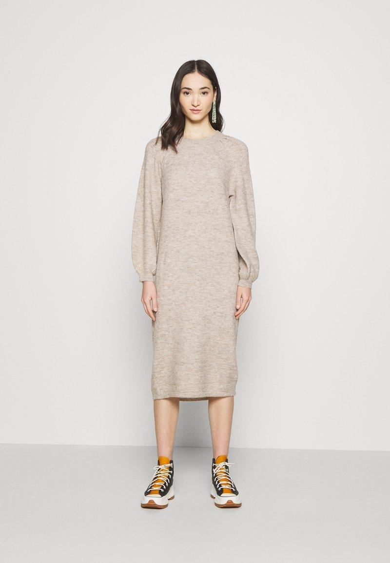 YAS - YASSIBYLLA  - Pletené šaty - sandstorm/sandstorm melange