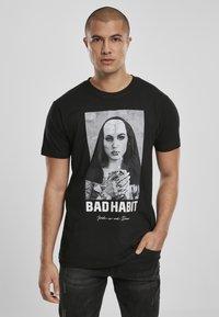 Mister Tee - BAD HABIT - T-shirt med print - black - 0