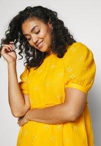 Vero Moda Curve - VMASTA 2/4 DRESS  - Denní šaty - saffron/birch - 3