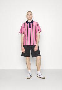 adidas Originals - STRIPE UNISEX - Pikeepaita - screaming pink/yellow/collegiate navy - 4