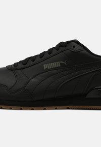Puma - RUNNER V2 UNISEX - Sneakers - black - 4