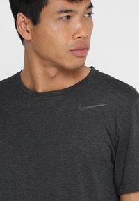 Nike Performance - T-shirts basic - black heather/metallic hematite - 3