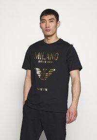 Emporio Armani - T-shirt con stampa - nero - 0