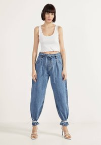 Bershka - Jeansy Relaxed Fit - blue denim - 1