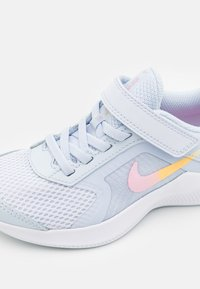 Nike Performance - DOWNSHIFTER 11 SE UNISEX - Zapatillas de running neutras - football grey/multicolor/white/crimson tint - 5