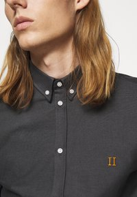 Les Deux - OLIVER OXFORD SHIRT - Shirt - black/charcoal - 3