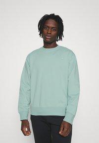 adidas Originals - CREW UNISEX - Sweatshirt - hazy green - 0