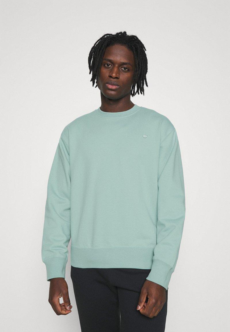 adidas Originals - CREW UNISEX - Sweatshirt - hazy green