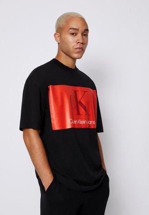 OVERSIZED LARGE BADGE PRINT TEE - T-shirt imprimé - black