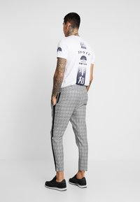 Only & Sons - ONSLINUS CROPPED CHECK TAPE PANT - Bukser - medium grey melange - 2