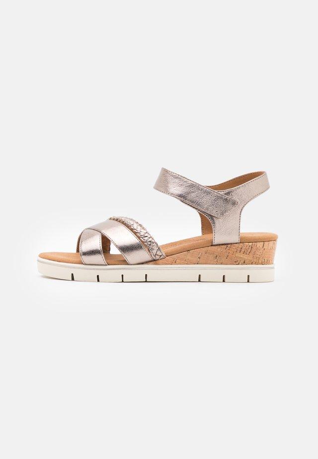 Sandaler m/ kilehæl - taupe metallic