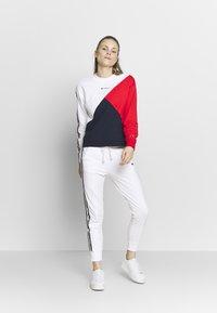 Champion - CREWNECK - Sweatshirt - white - 1