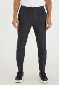 Casual Friday - PATRIK SMALL CHECKED PANTS - Trousers - navy blazer - 0