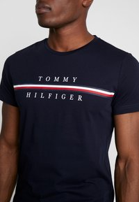 Tommy Hilfiger - CORP SPLIT TEE - T-shirt con stampa - blue - 3