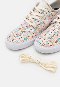 Nike SB - ZOOM JANOSKI PRM UNISEX - Sneakers laag - white/light brown - 5