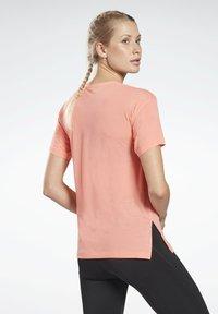 Reebok - WORKOUT READY ACTIVCHILL T-SHIRT - Basic T-shirt - red - 2