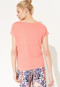 comma casual identity - MIT NETZ-EINSATZ - Print T-shirt - coral - 2
