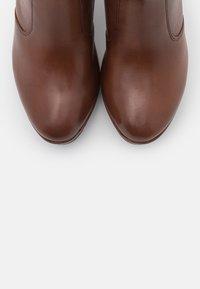 Tamaris Heart & Sole - BOOTS  - Kotníková obuv na vysokém podpatku - brandy - 5