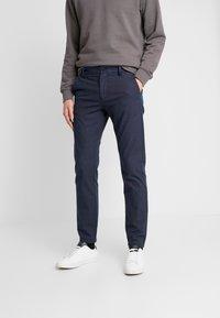 Selected Homme - SLHSLIM ARVAL PANTS - Spodnie materiałowe - navy blazer - 0