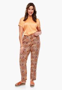 Triangle - LEICHTE  MIT SEITENPASPEL - Trousers - orange aop - 3