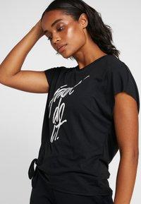 Nike Performance - DRY SIDE TIE  - T-shirt z nadrukiem - black/white - 4