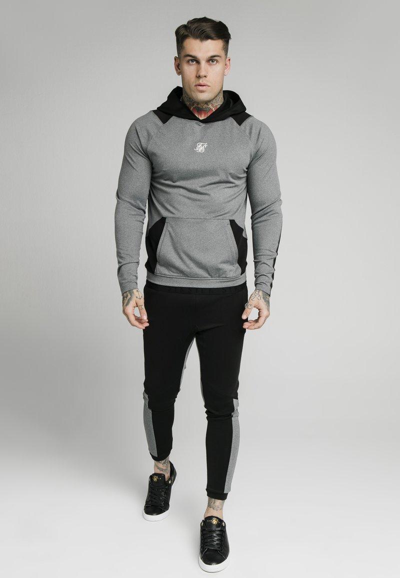 SIKSILK - ENDURANCE OVERHEAD HOODIE - Maglietta a manica lunga - grey/black