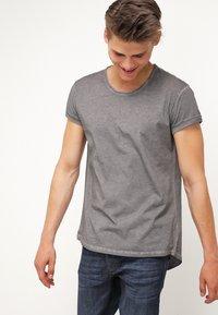 Tigha - MILO - Basic T-shirt - vintage grey - 0