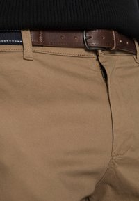 Selected Homme - SLHSLIM JAMERSON PANTS - Chinosy - dark camel - 4