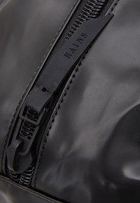 Rains - DAILY DUFFEL SMALL UNISEX - Sports bag - shiny black - 3