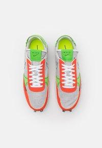 Nike Sportswear - DBREAK-TYPE M2Z2 UNISEX - Trainers - photon dust/team orange/mean green/sail/black - 3