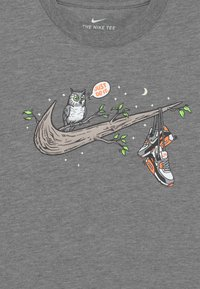 Nike Sportswear - NIGHT GAMES TREE - Print T-shirt - carbon heather - 2