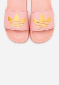 adidas Originals - ADILETTE SPORTS INSPIRED SLIDES - Mules - trace pink/gold metallic - 5