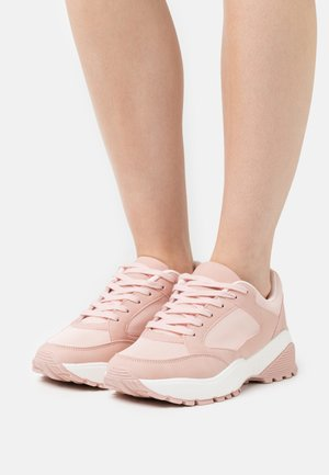 WIDE FIT CANBERRA - Matalavartiset tennarit - pink