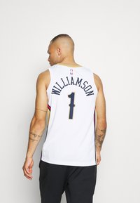 Nike Performance - NBA NEW ORLEANS PELICANS ZION WILIAMSON SWINGMAN - Article de supporter - white/club gold - 2