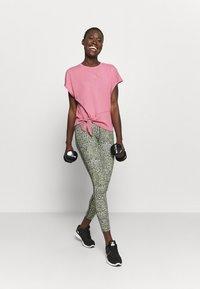 Nike Performance - DRY TIE - Print T-shirt - desert berry/red bronze - 1
