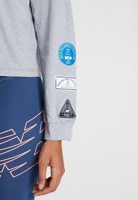 New Balance - RELENTLESS RINGER LONG SLEEVE - Camiseta de deporte - athletic grey - 6