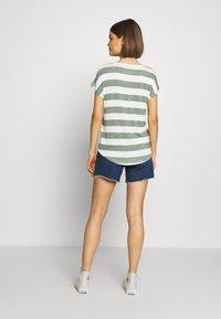 Vero Moda - VMWIDE STRIPE TOP  - Camiseta estampada - laurel wreath/snow white - 2