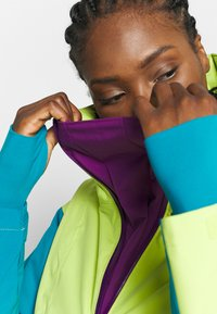 Columbia - DUST ON CRUST INSULATED JACKET - Skijacke - voltage/fjord blue/plum