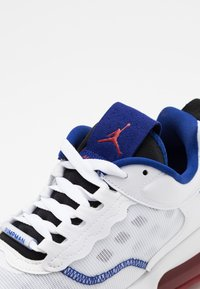 Jordan - MAX 200 - Matalavartiset tennarit - white/dark sulfur/black/gym red/game royal - 5