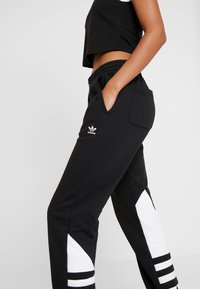 adidas Originals - LARGE LOGO ADICOLOR SPORT PANTS - Pantalones deportivos - black/white - 5