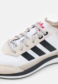 adidas Originals - SL 7200 UNISEX - Trainers - footwear white/core black/clear brown - 5